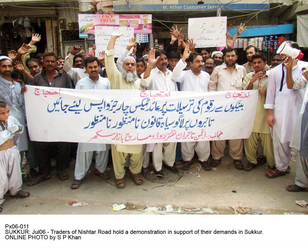 Px06-011 SUKKUR: Jul06 - Traders of Nishtar Road hold a demonstration in support of their demands in Sukkur. ONLINE PHOTO by S P Khan