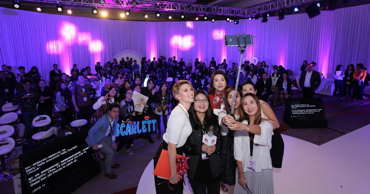 Scarlett Johansson shoots a selfie with fans at Huawei P9 Fans Club Party event in Guangdong, China (PRNewsFoto/Huawei Consumer Business Group)